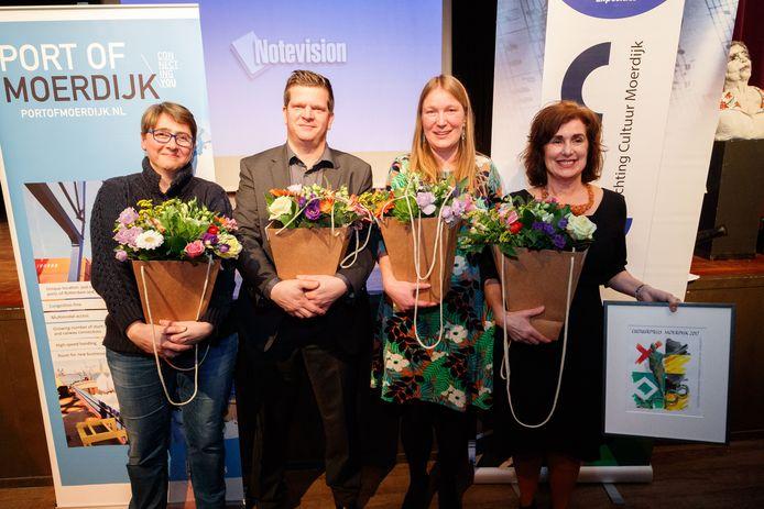In De Standaert werd vrijdagavond de Moerdijkse Cultuurprijs 2017 uitgereikt. Inge van Rijsbergen-Brekelmans (rechts) wint. Naast haar de andere genomineerden, vlnr: Lynda Neve (Theaterhuis Willemstad), dirigent Caspar Versluis (Symfonisch RuimteOrkest) en Ineke Peters (Keenesluis).