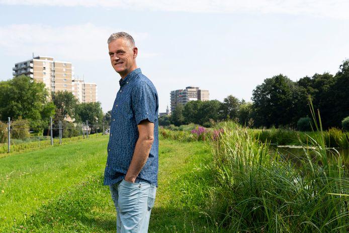 Fotograaf Eric van Nieuwland op de plek waar hij in Zoetermeer opgroeide.