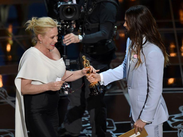 Jared Leto geeft Patricia Arquette een Oscarbeeldje voor beste vrouwelijke bijrol.