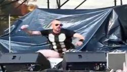 VIDEO: Gescheurde broek, Hetfield-disco en playback die hapert: 7 grappige en pijnlijke fails van metalbands
