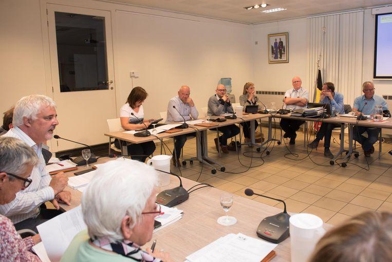 Bruno Tuybens (l.) van voorZwalm vroeg een externe audit, maar de meerderheid stemde het voorstel weg.