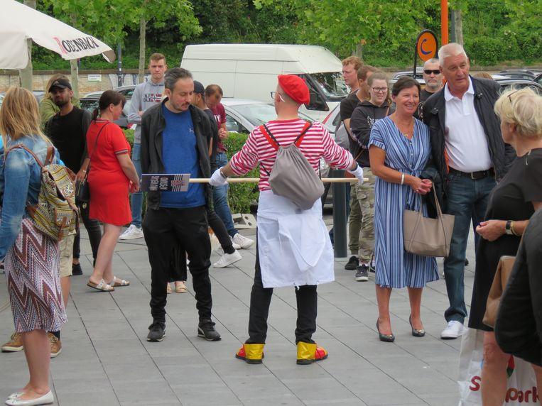 Ook wie wachtte om de Ooststraat te mogen betreden, werd op een ludieke manier op de social distance gewezen.