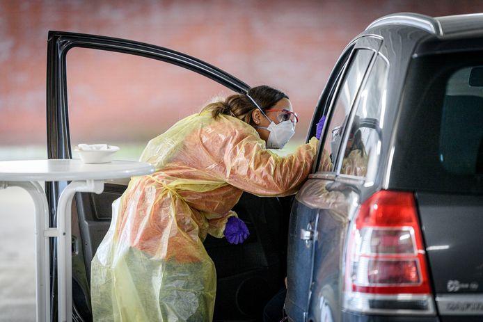 Mensen worden zoveel mogelijk in hun auto getest.