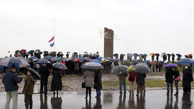 Bezoekers in februari bij het monument ter nagedachtenis van de Watersnoodramp tijdens de officiele herdenking in Ouwerkerk. Beeld ANP