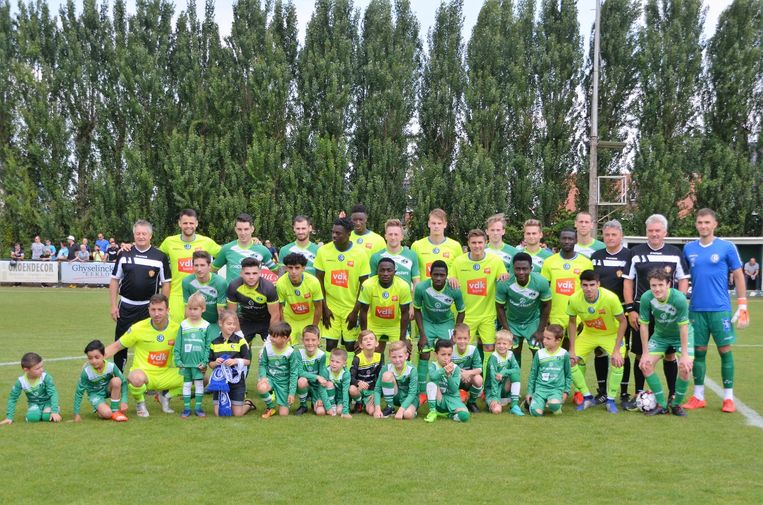 De spelers van KVV Zelzate en KAA Gent gingen samen op de foto voor de aftrap.