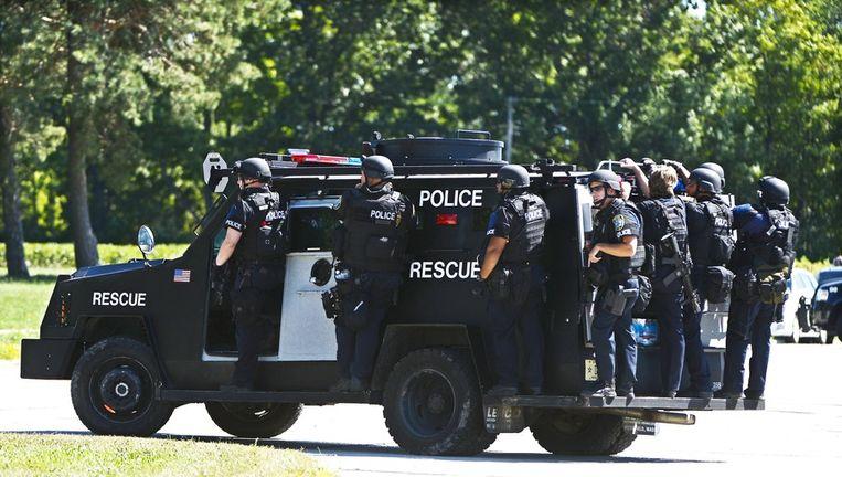 Zwaarbewapende agenten begeven zich naar de sikhtempel. Beeld epa