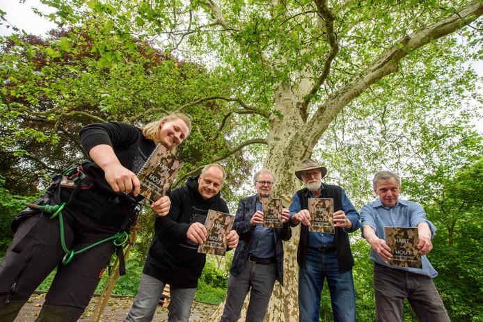 Myrthe Detiger, Willy Detiger, Piet van den Boom, Jan Vonk en Alfred van Kempen (vanaf links) bij de wereldboom.