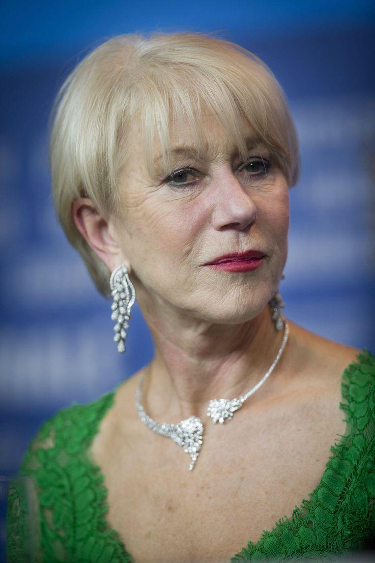 Helen Mirren staat beelding met haar natuurlijk grijze lokken.