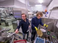 3FM-dj's Rámon Verkoeijen en Mark van der Molen doen de afwas bij Carelshaven in Delden