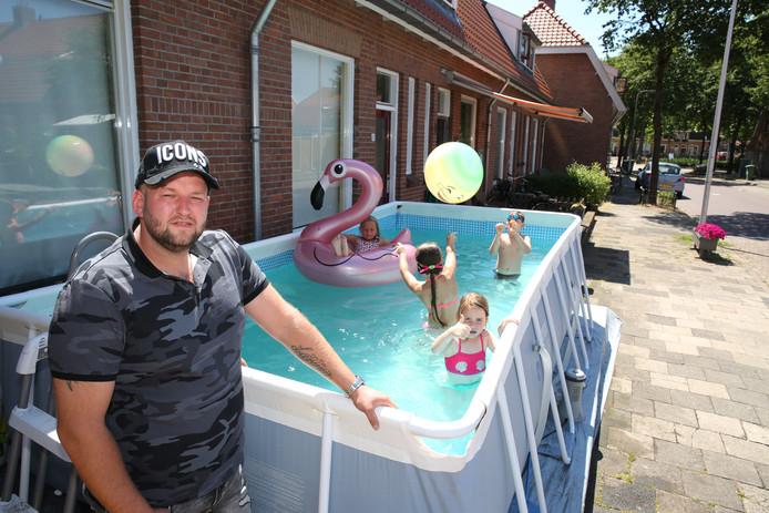 Wesley de Vries bij het zwembad op het Rode Dorp.