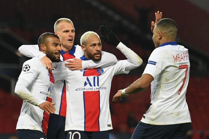 Vreugde bij Rafinha, Mitchel Bakker, Neymar en Kylian Mbappé na de 1-3 op Old Trafford.