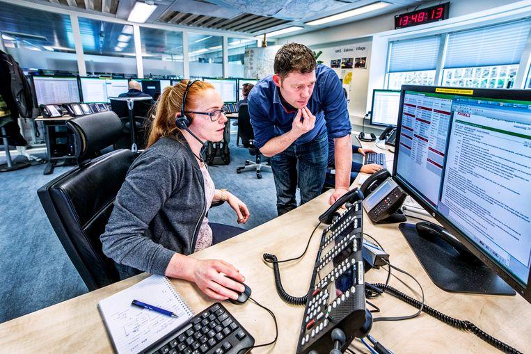 Willem Loonen (midden staand) in het Pro Rail Commando centrum. Beeld Raymond Rutting/de Volkskrant