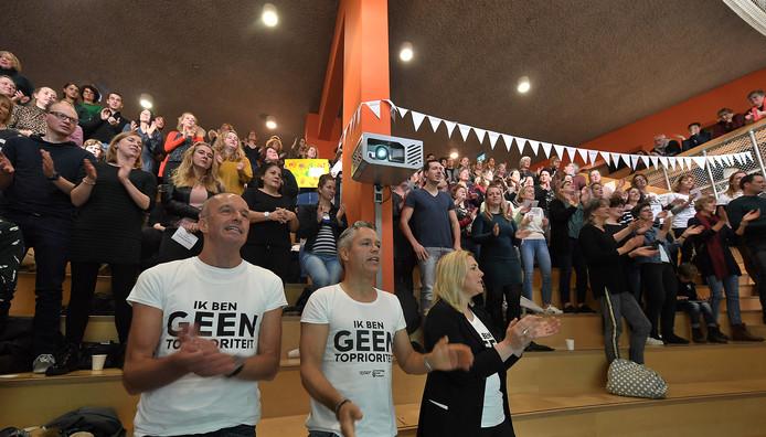 Leraren zingen het protestlied van Tanja Zwier van de Ichtusschool in Vlissingen en Tijs Valkenburg van de Cypressenhof tijdens de stakingsmanifestatie in Vlissingen.