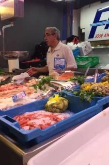 En Espagne, un homme vend du poisson habillé aux couleurs de la police belge