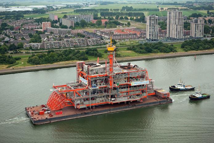 Een booreiland van Heerema, gebouwd in Zwijndrecht, op weg naar zee