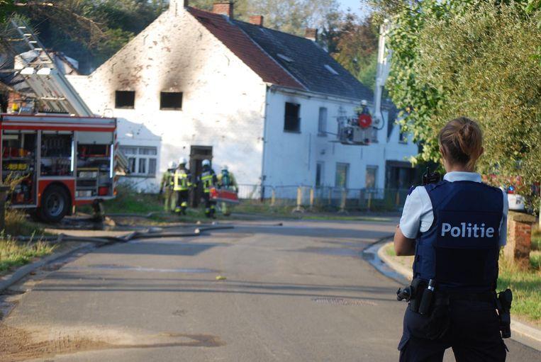 De brand was snel onder controle, maar de brandweer moest nog een lange tijd nablussen.