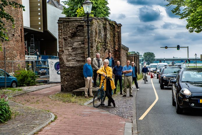 Beeld deze zomer, met een aantal bezwaarmakers. Rechts de Welle, waar het fietspad volgens de gemeente moet blijven. Terug naar de andere binnenkant van de stadsmuur vinden bezwaarmakers en nu eigenlijk ook de Fietsersbond.