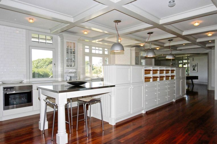 De keuken is uitgerust met voldoende opbergruimte voor een vierkoppig gezin.
