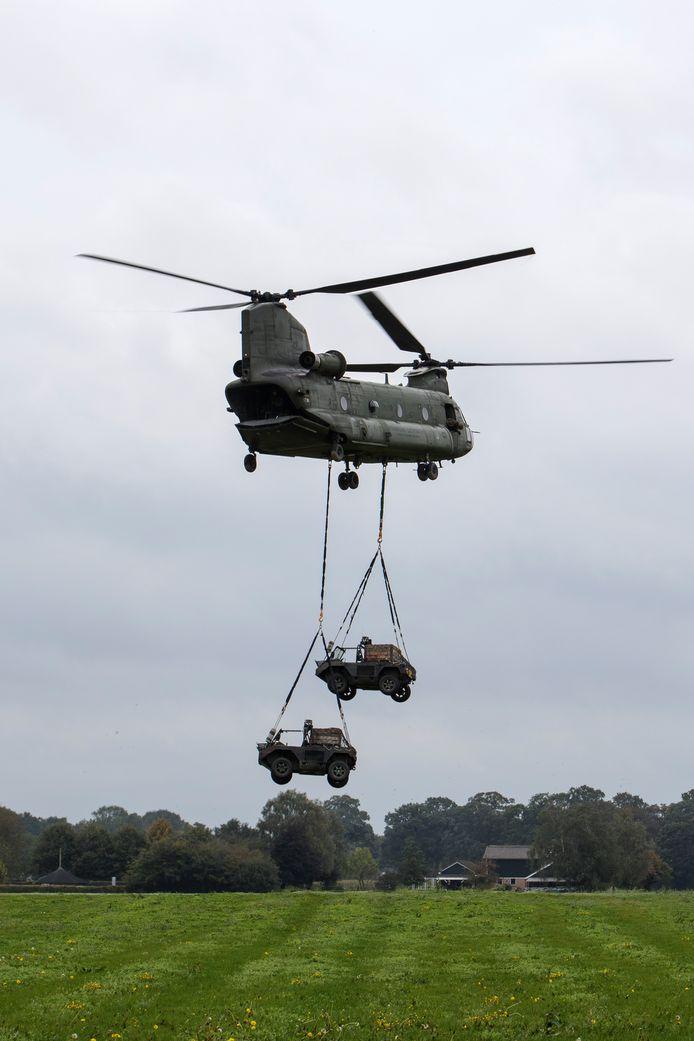 De inzet van een Chinook tijdens een oefening samen met de luchtmobiele brigade in de omgeving van Deventer vorig jaar.