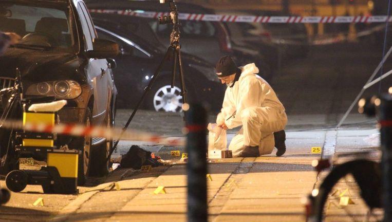 Een forensisch expert voor het café waar de schietpartij plaatsvond in Kopenhagen.