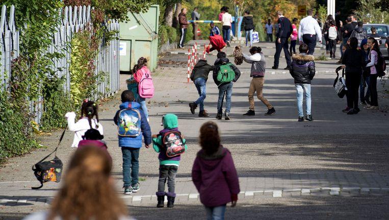 Asielkinderen, woonachtig in het Drentse dorpje Oranje, komen net van school. Beeld anp