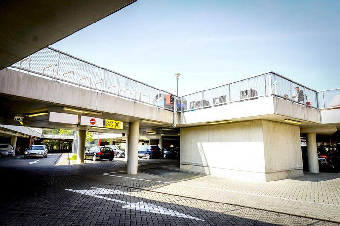 In de parkeergarage van Meerhoven centrum, nu Terminal M geheten, zijn 150 van de 400 plaatsen gereserveerd voor Fly & Drive naar Eindhoven Airport.