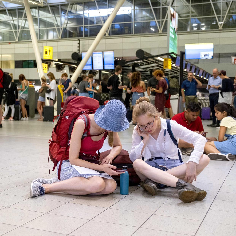 Drukte in de vertrekhal van luchthaven Schiphol.