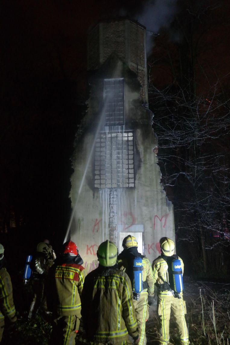 De brandweer is druk in de weer met het blussen van de oude trappentoren in het Rattendalepark.