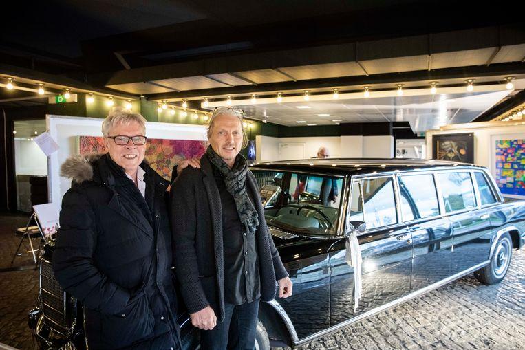 De Hollywoodoldtimers van Frans Billen worden verkocht. Frans samen met zijn zoon Danny.