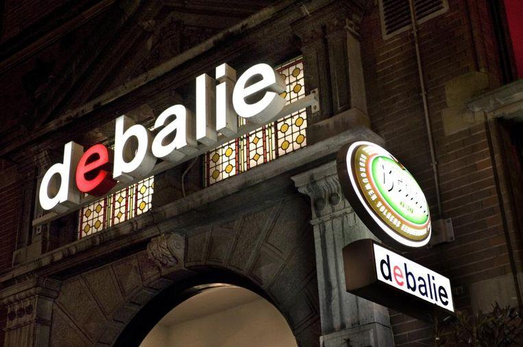 Onder het motto: 'samen is leuker dan alleen', wordt de uitzending met de burgervader in de foyer van De Balie uitgezonden. Beeld -