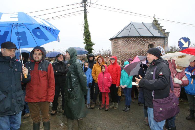 De start van de Straffe Kostwandeling in de regen