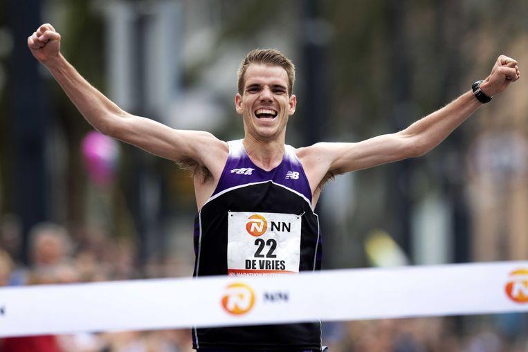 Edwin de Vries werd de snelste Nederlander. De atleet uit Overveen finishte in een persoonlijk record: 2.17.46 (officieus). Hij liep bijna twee minuten onder zijn oude toptijd.