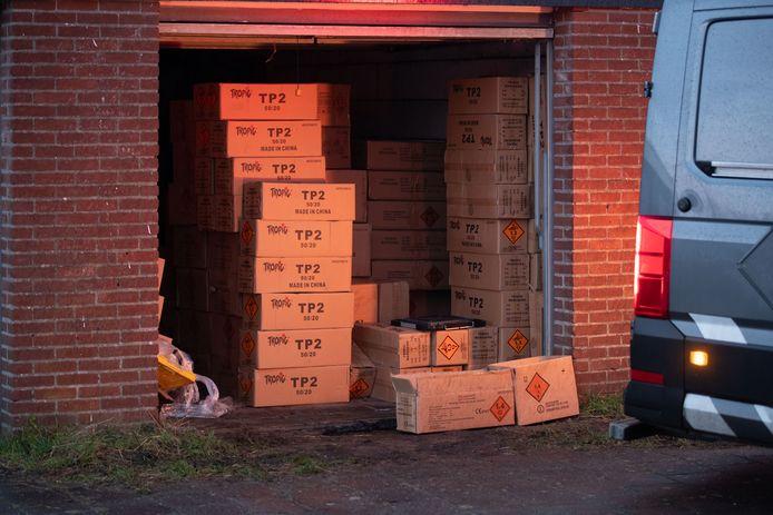 De garagebox stond vol met dozen illegaal vuurwerk.