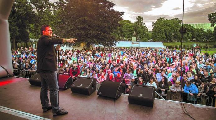 In 2014 trad onder andere Willem Barth op, op het hoofdpodium in het Ter Pelkwijkpark. foto Frans Paalman