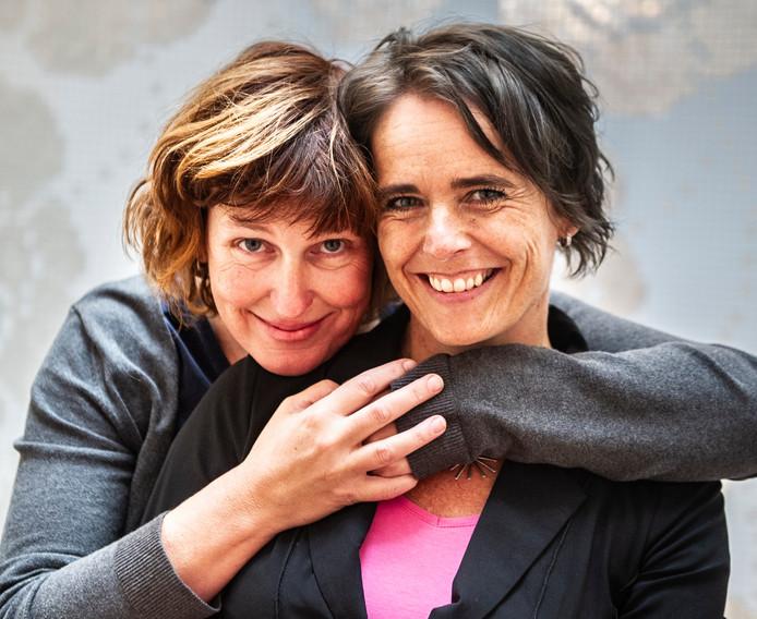 Annet Schaap (links) kreeg deze week een Gouden Griffel voor haar debuut 'Lampje', Janneke Schotveld is ook in het nieuws omdat de verfilming van het eerste deel van de serie 'Superjuffie' in première is gegaan.
