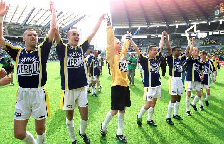De spelers van Westerlo vieren feest na hun gewonnen bekerfinale in 2001.