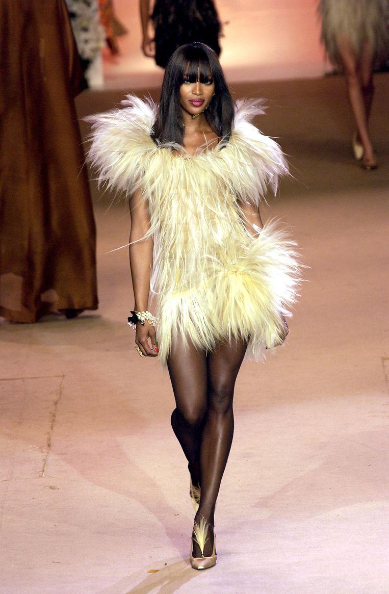Naomi Campbell op de catwalk voor Yves Saint Laurent in 2002.