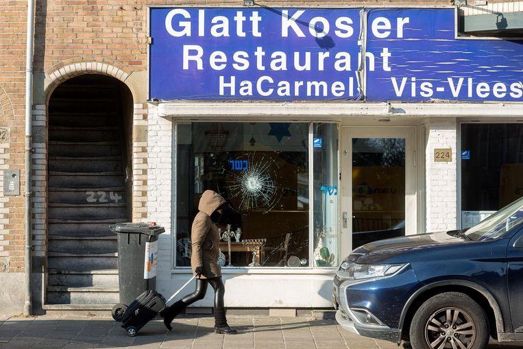 Schade aan het Israëlische restaurant HaCarmel aan de Amstelveenseweg. Beeld anp