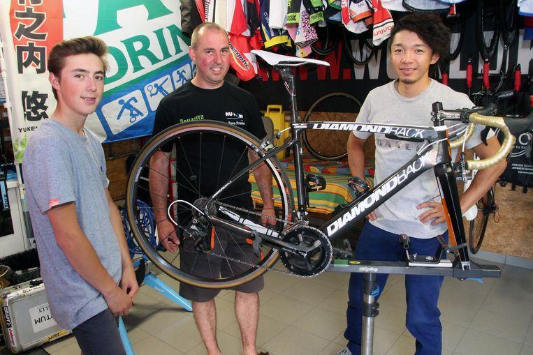 Justin en zijn vader Ranjit Laevens met de Japanse veldrijder Yu Takenouchi.