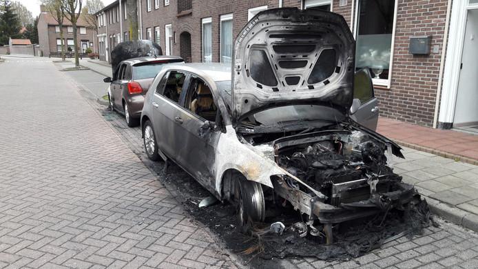 Beide auto's zijn aan de voorzijde in brand gestoken.