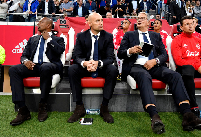 Aron Winter, Marcel Keizer, Hennie Spijkerman en Carlo l'Ami op de bank voor Ajax - Rosenborg (0-1).