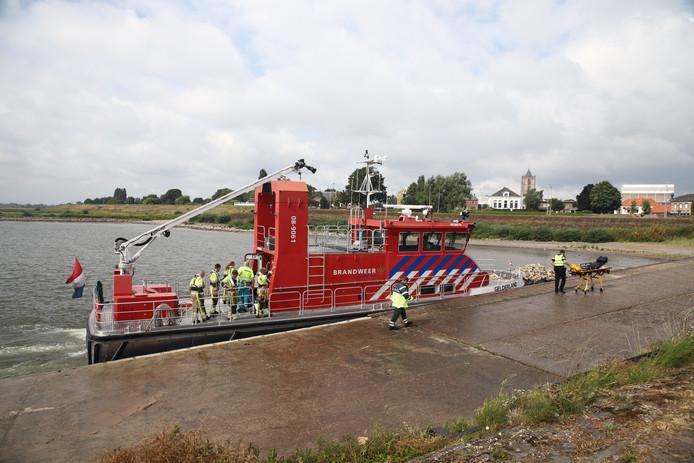 Een medisch team op een blusboot van de brandweer. Ook zij zoeken naar de mogelijke drenkeling.