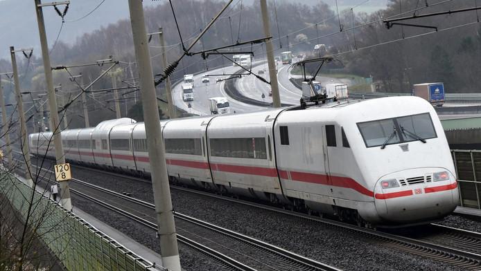 Een ICE-trein op het traject tussen Hannover en Kassel.