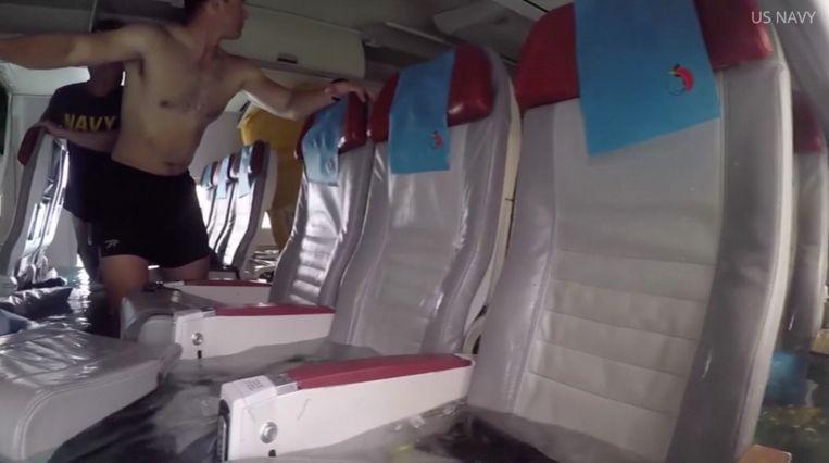 De Amerikaanse marine heeft beelden vrijgegeven van de reddingsactie.