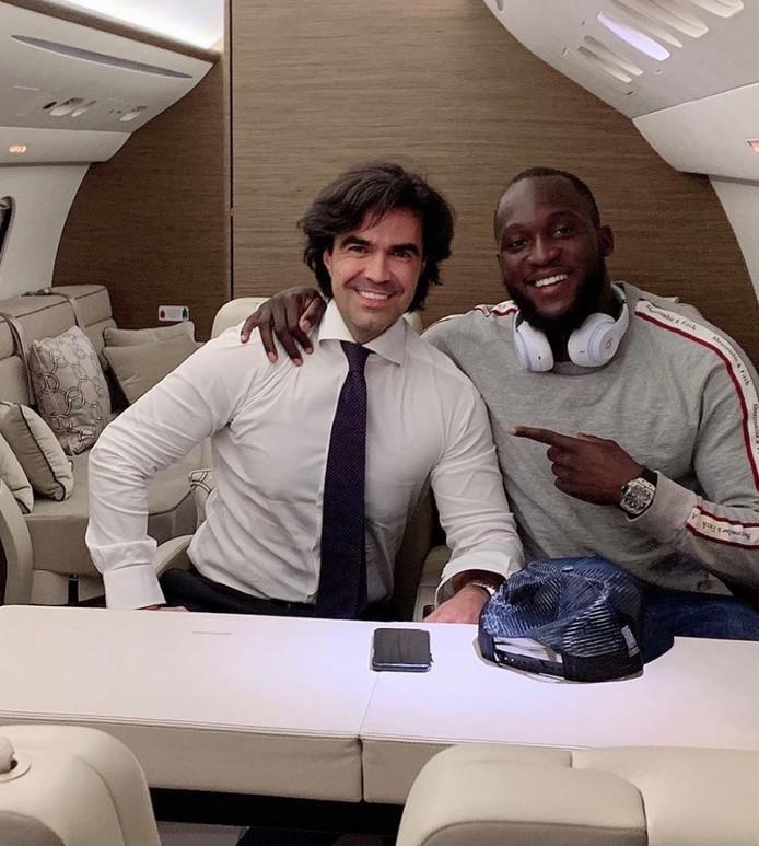 """Les supporters de l'Inter ont réservé un accueil chaleureux à Romelu Lukaku à l'aéroport de Milan dans la nuit du mercredi à jeudi. Juste avant cela, Federico Pastorello, le manager du Diable Rouge, a mis une photo sur Instagram où il accompagne Lukaku dans un avion. """"Prêt à décoller en direction de Milan"""", a rédigé le manager."""
