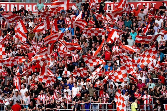 Fans van PSV tijdens het duel met Ajax, eerder dit seizoen. Burgemeester Jorritsma van Eindhoven vreest dat bij duels zonder publiek groepen supporters toch zullen samenkomen.