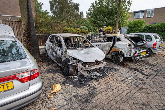 Een uitgebrande auto in de Nijmeegse wijk Tolhuis.