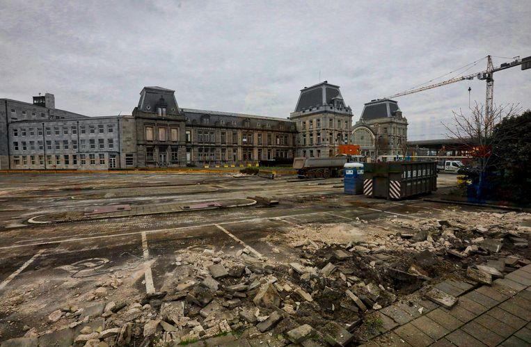 Hotel Terminus, het pand links naast het station, staat momenteel te verkommeren.