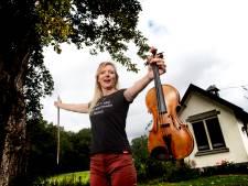 Violiste Marieke speelt mee met grote artiesten en staat nu zelf in de spotlights