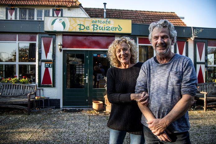 José Rosendahl en Roel van der Waals stoppen met eetcafé De Buizerd aan de Buizerdweg in Heusden.